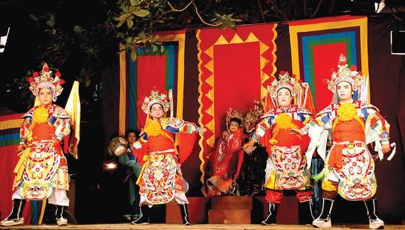 Sân khấu lưu động được trang bị sơ sài, khó thu hút khán giả và quảng bá tốt cho nghệ thuật truyền thống