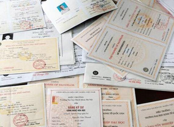 Nhiều loại giấy tờ giả như bằng đại học, cao đẳng, chứng chỉ tiếng Anh được làm và rao bán công khai trên mạng.