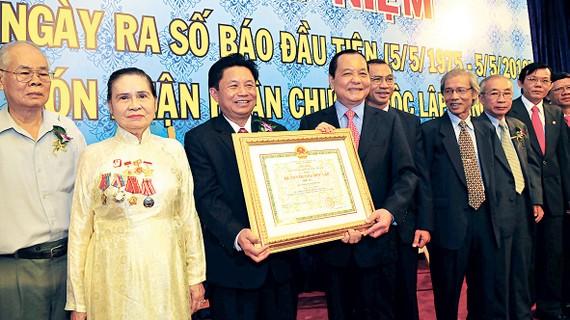 Đồng chí Nguyễn Thị Vân (Bảy Vân) tại Lễ kỷ niệm 35 năm ngày Báo SGGP ra số đầu tiên                                      và đón nhận Huân chương Độc lập hạng ba                   Ảnh: VIỆT DŨNG