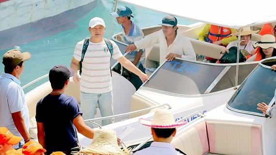 Một số khách Trung Quốc làm hướng dẫn viên chui cho đoàn khách Trung Quốc