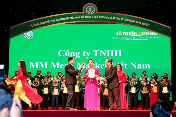 """Đại diện MM Mega Market Việt Nam nhận danh hiệu """"Doanh Nghiệp vì nhà nông"""""""