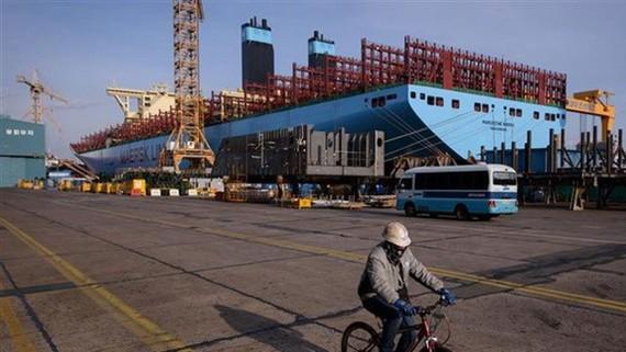 Một tàu chở hàng container đang được đóng mới tại xưởng đóng tàu của Daewoo DSME ở Okpo, cách thành phố Busan khoảng 60km về phía Nam. Nguồn: TTXVN