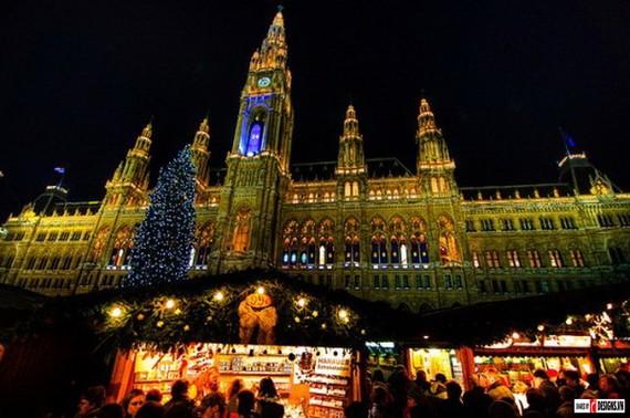 Một trong những chợ Giáng sinh nổi tiếng nhất của Vienna là chợ Kultur - und Weihnachtsmarkt, ngay trước cung điện Schönbrunn.