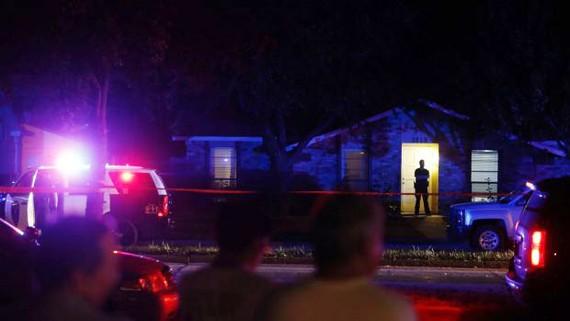 Cảnh sát đến hiện trường vụ nổ súng ở vùng ngoại ô Plano, phía Bắc thành phố Dallas, Mỹ. Ảnh: AP