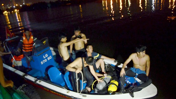 Các chiến sĩ chuẩn bị lặn tìm xác nạn nhân trong một vụ cứu nạn, cứu hộ