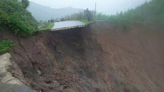 Sạt lở Tỉnh lộ 676 chia cắt xã Đăk Ring, Đăk Nên