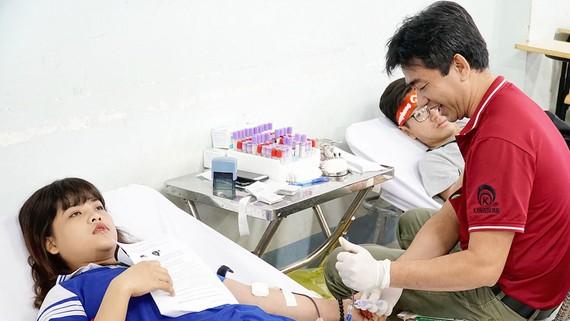 Người dân tham gia hiến máu tình nguyện
