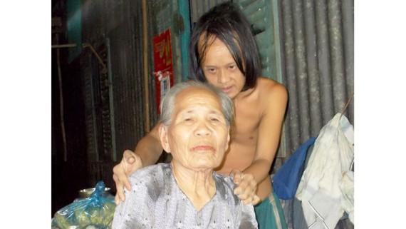 Mẹ già yếu nuôi hai con tâm thần