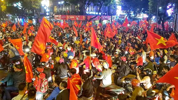 Các CĐV TPHCM xuống đường mừng chiến thắng của U.23 Việt Nam trước U.23 Qatar. Ảnh: DŨNG PHƯƠNG