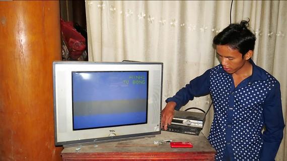 Trần Xuân Lành, người Rục, chỉnh tivi xem bóng đá