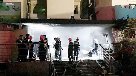 Lực lượng PCCC nỗ lực dập lửa. Ảnh: TUẤN VŨ