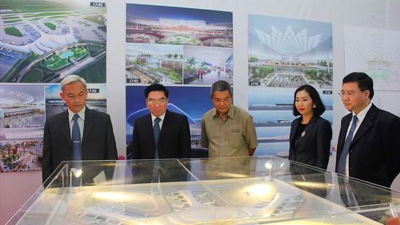 Tham quan mô hình sân bay Long thành