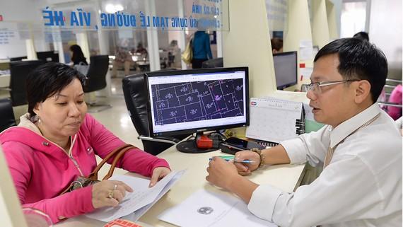 Giải quyết hồ sơ cấp chủ quyền nhà đất tại UBND quận 3, TPHCM  Ảnh: VIỆT DŨNG