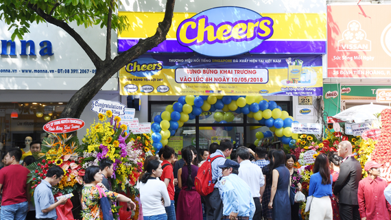 """Giới trẻ """"mua nhanh, ăn nhanh"""" Sài Gòn thích lướt cửa hàng Cheers"""