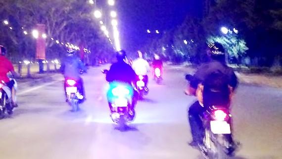 Đèn hậu siêu sáng của chiếc xe máy làm nhiều người chạy phía sau bị lóa mắt, tiềm ẩn nguy cơ tai nạn giao thông