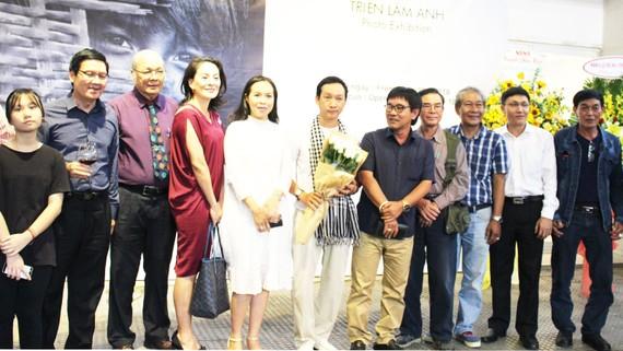 Nhiều bạn bè, đồng nghiệp đến dự buổi khai mạc triển lãm ảnh của Trần Thế Phong