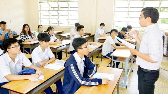 Giám thị phổ biến quy chế thi THPT quốc gia năm 2018 tại điểm thi Trường THPT Tạ Quang Bửu (quận 8, TPHCM). Ảnh: HOÀNG HÙNG
