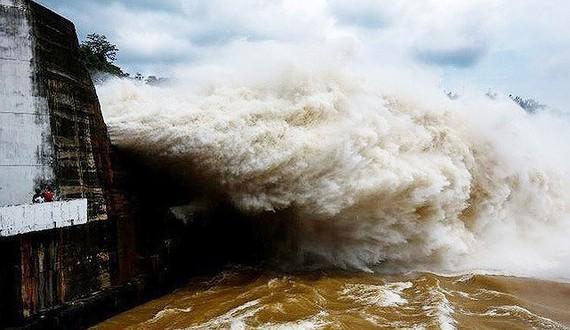 Mở thêm 1 cửa xả đáy hồ Hòa Bình vào hồi 8 giờ ngày 9-7