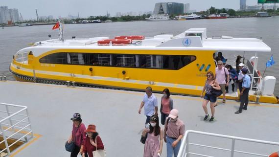 Buýt sông đáp ứng cả nhu cầu đi lại và tham quan thành phố. Ảnh: CAO THĂNG