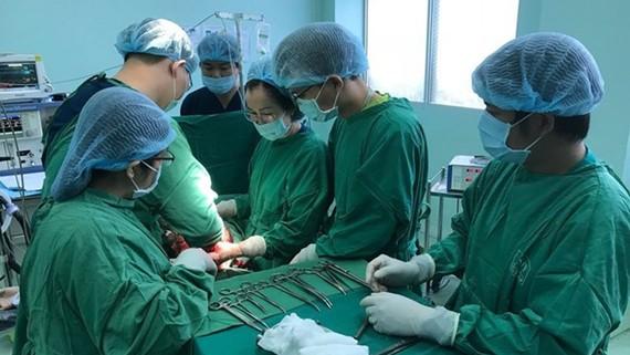 Ca phẫu thuật lấy trọn khối u nặng 18kg trong buồng trứng của bệnh nhân