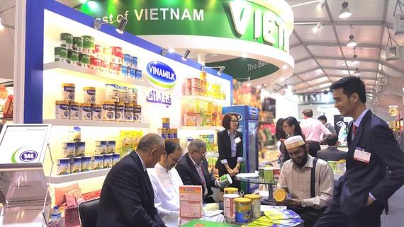 """Sản phẩm Vinamilk được trưng bày tại hội chợ """"Hàng Việt Nam chất lượng cao Mátxcơva 2015"""" tại Nga và đã chiếm được cảm tình của người tiêu dùng nơi đây"""