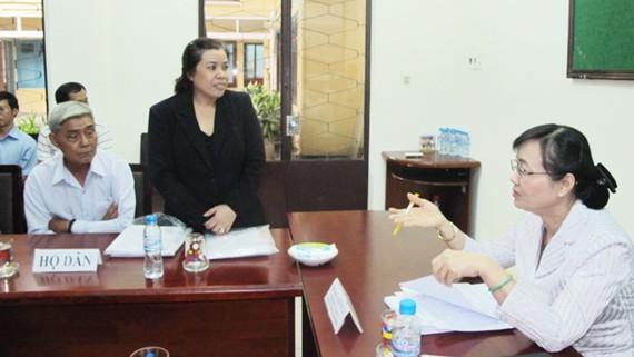 Chủ tịch HĐND TPHCM Nguyễn Thị Quyết Tâm (bìa phải) tiếp xúc, đối thoại giải quyết  một vụ khiếu nại kéo dài tại quận Thủ Đức