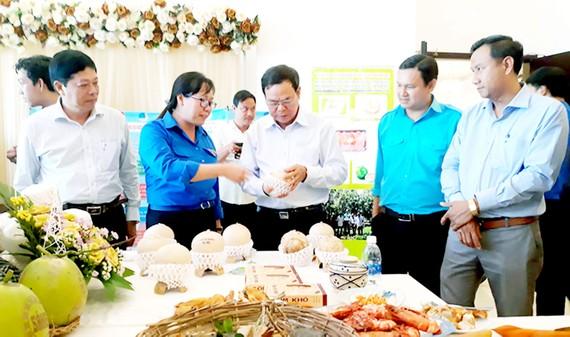 Bí thư Tỉnh ủy Bến Tre Võ Thành Hạo (thứ ba, từ phải qua) xem hàng hóa tại Ngày hội sản phẩm khởi nghiệp tỉnh Bến Tre