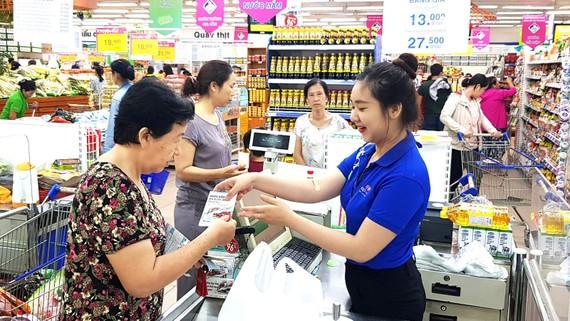 Chọn mua hàng tại siêu thị Co.opmart