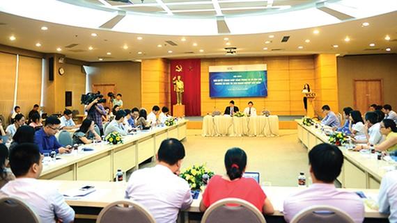 Các trọng tài viên, chuyên gia tham dự một buổi hội thảo chuyên ngành