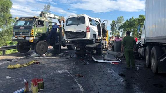Hiện trường vụ tai nạn giao thông vừa xảy ra trên tuyến tránh (Km950+800 trên QL1) đoạn qua xã Điện Minh, thị xã Điện Bàn, tỉnh Quảng Nam) làm 13 người chết