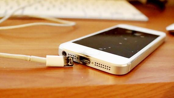 Sạc pin điện thoại chất lượng kém dễ gây hỏng điện thoại và rò điện