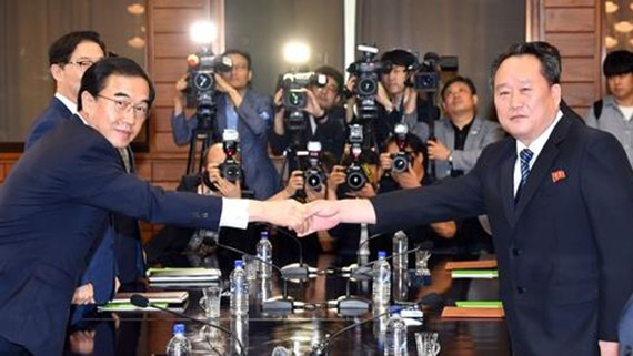 Bộ trưởng Thống nhất Hàn Quốc Cho Myoung-gyon (trái) bắt tay người đồng cấp phía Triều Tiên Ri Son-gwon ngày 13-8. Ảnh: Yonhap
