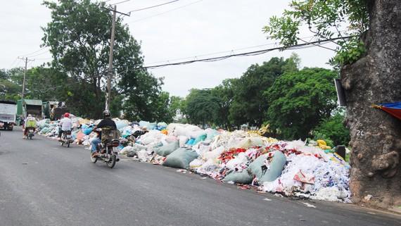 Rác công nghiệp chiếm bãi trung chuyển rác