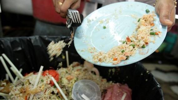 Mỗi giây trôi đi thế giới vứt bỏ 66 tấn thực phẩm. Ảnh: thestar