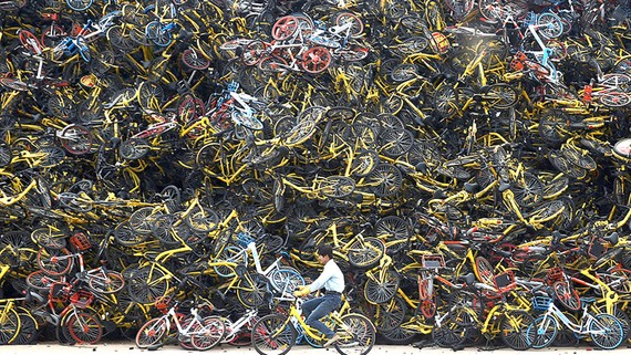 Một khu vực tập kết xe đạp bỏ đi của bike-sharing ở Trung Quốc