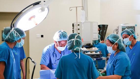 Các bác sĩ đang phẫu thuật điều trị bệnh phình đại tràng cho bé Th.