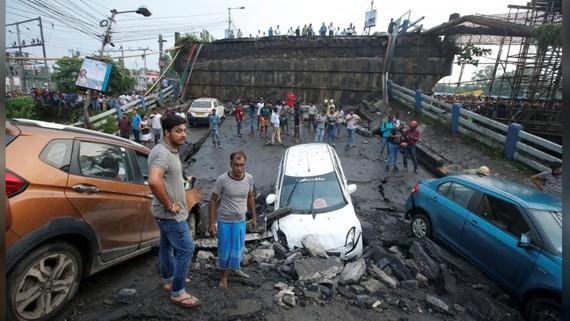 Hiện trường vụ sập cầu vượt đường cao tốc ở thành phố Kolkata, Ấn Độ. Ảnh: REUTERS