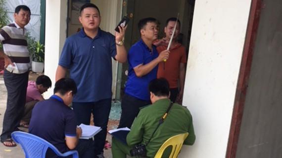 Lực lượng Cảnh sát điều tra (Công an thành phố Hòa Bình) tiến hành khám nghiệm, thu thập dấu vết và xác minh vụ việc tại hiện trường vụ hỗn chiến. Ảnh: TTXVN