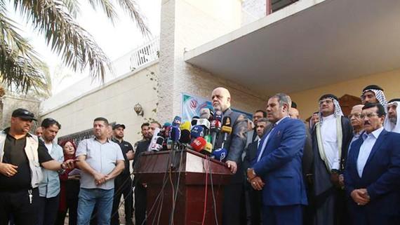 Đại sứ Iran tại Iraq Iraj Masjedi (giữa) phát biểu với báo giới bên ngoài lãnh sự quán mới của Iran tại thành phố Basra ngày 11-9