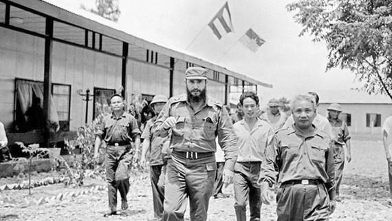 Lãnh tụ Cuba Fidel Castro thăm UBND cách mạng tỉnh Quảng Trị năm 1973. Ảnh: TTXVN