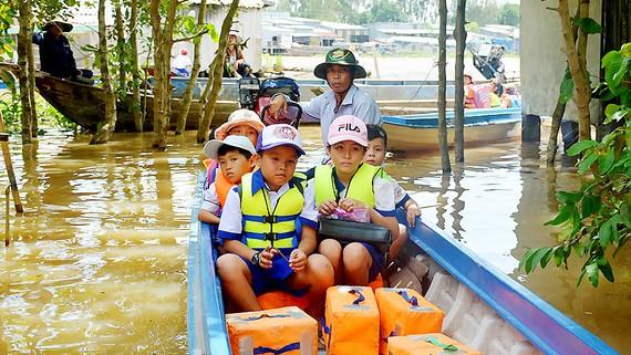 Học sinh vùng lũ đầu nguồn An Phú (An Giang) được đưa rước đến trường miễn phí