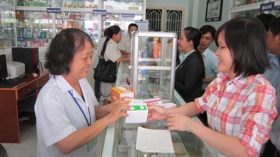 Người dân mua thuốc tại một cửa hàng thuốc trên địa bàn quận 12 (TPHCM)