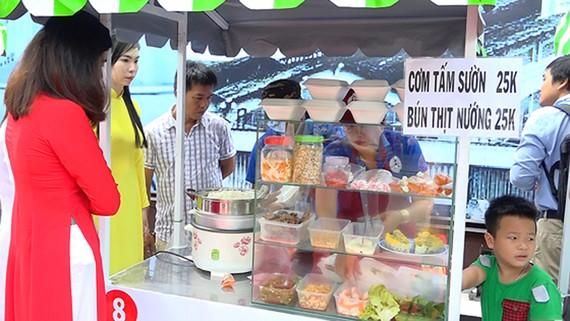 Khách tham quan, mua hàng tại phố hàng rong Nguyễn Văn Chiêm (quận 1, TPHCM)