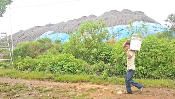 Bãi xỉ thải hình thành bên khu dân cư khiến người dân bất an