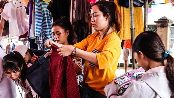 Gian hàng quần áo mới do các nhà tài trợ tặng người nghèo. Ảnh: NGUYỄN ĐỨC ANH