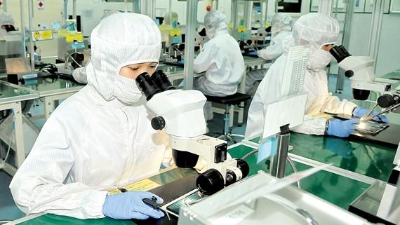 Sản xuất linh kiện xuất khẩu tại TPHCM. Ảnh: CAO THĂNG