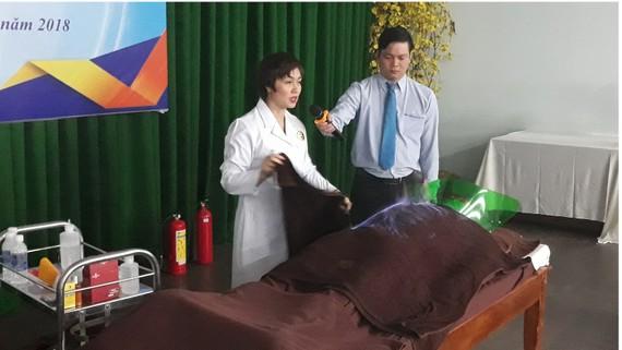 TS Nguyễn Tuyết Mai đang thực hiện hỏa trị liệu cho bệnh nhân. Ảnh: THÀNH SƠN