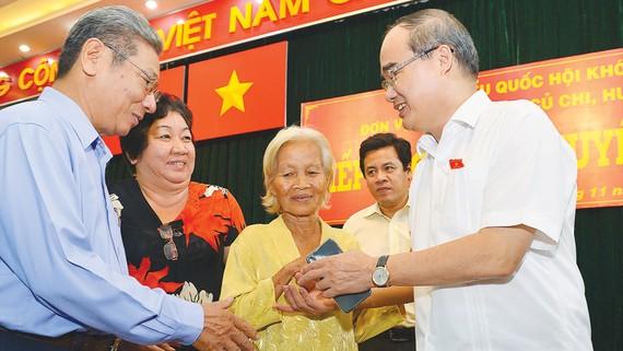 Bí thư Thành ủy TPHCM Nguyễn Thiện Nhân tiếp xúc cử tri huyện Hóc Môn. Ảnh: VIỆT DŨNG