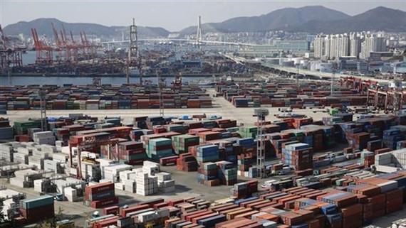 Hàng hóa tại cảng ở Busan, Hàn Quốc. Ảnh: EPA