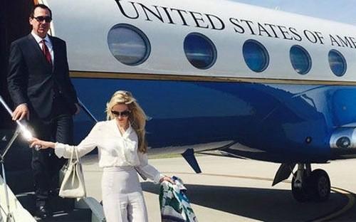 Bộ trưởng Bộ Tài chính Steven Mnuchin và vợ bước xuống từ máy bay công vụ.